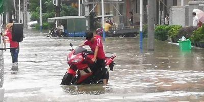 潮阳区谷饶镇华里村水位依然很高 多部车辆熄火,村民通过游泳脱困