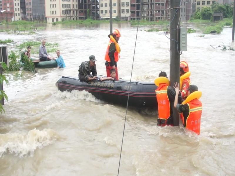 解救被困电线杆的7龄童,抱着婴儿送出深水区……消防连夜驰援潮南好多故事令人感动