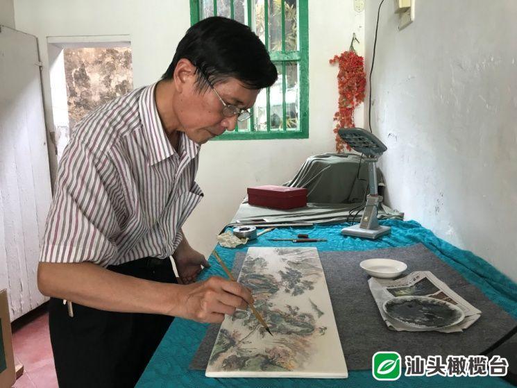 """潮州陶艺大师身怀釉下微书绝技,创作出许多""""既可远观、也可近赏""""的艺术精品......"""